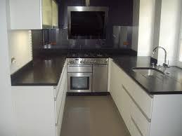 meuble de cuisine noir cuisine blanche plan de travail noir avec meuble et bois pas cher