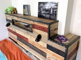 lit avec des palettes investissez votre chambre avec une tête de lit en bois de palette