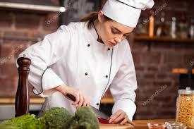 chef cuisine femme femme chef cuisiner dans chapeau blanc poivre coupe de cuisine