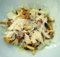 cuisiner des chanterelles recette de chanterelles ou girolles deux recettes une crue et une