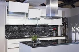 weisse küche elegante weiße küche mit ansprechender glas arbeitsplatte