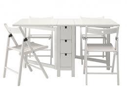 les de table ikea table chaises pliantes ikea chaque cm compte quand on habite un