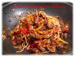 cuisine chinoise boeuf aux oignons wok de bœuf mariné aux poivrons oignons et nouilles chinoises les