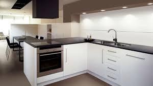 plan de travail carrelé cuisine le carrelage de la cuisine voit grand côté maison