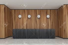 horloge de bureau design bureau de réception en bois sombre dans un bureau moderne avec des