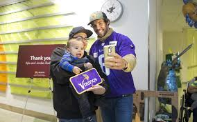 photos minnesota vikings host thanksgiving dinner for masonic