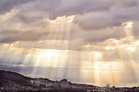 sun rays through the clouds to draw