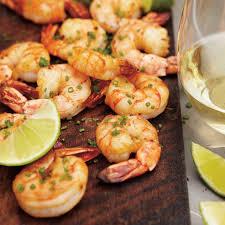 cuisiner des crevettes crevettes cajuns cuites sur une planche d érable ricardo