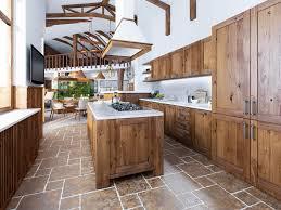 cuisine au milieu de la la grande cuisine dans le style de grenier avec une île au milieu