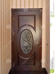 porte de chambre en bois porte brune en bois avec un vitrail dans la chambre image stock