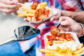 sp cialit allemande cuisine l homme et la femme manger spécialité allemande currywurst et
