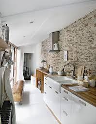 cuisine mur mur de brique et de dans une cuisine en longueur