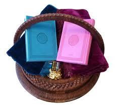 un cadeau de mariage pack cadeau pour mariage magnifique panier avec deux tapis et