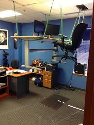 bureau suspendu blague du bureau suspendu par des cordes mimibuzz