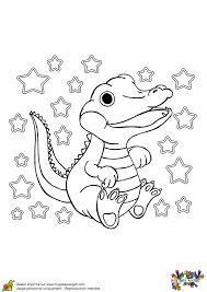 Coloriage dun bébé crocodile tout content qui remue sa queue