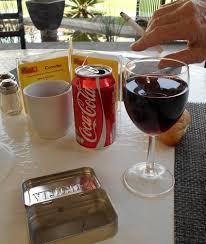 sur la table wine glasses canette à la place du cendrier sur la table du restaurant mon