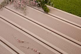 nettoyage terrasse bois composite lame de terrasse en bois composite brun exotique profil lisse