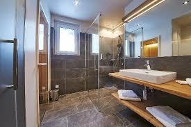 sauna im badezimmer moderne badezimmer mit infrarotkabine oder sauna bild