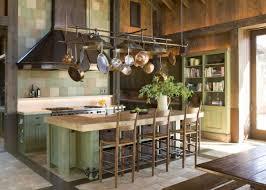 hotte cuisine suspendue cuisines cuisine rustique vaisselle cuisine suspendue comptoir îlot