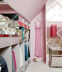 femme chambre 1001 idée pour un dressing sous pente gain de place dressing