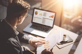 bureau des finances analyste de marché de finances dans des lunettes fonctionnant