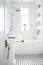 best ideas about small white bathrooms pinterest cleaning comment agrandir petite salle bains exemples