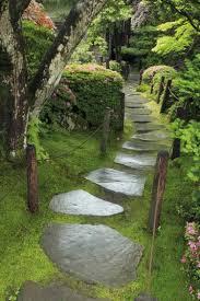 Gartengestaltung Mit Steinen Gertenweg Mit Natürlichen Steinen Und Moos Garten Pinterest
