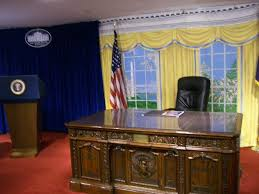 White House Oval Office Desk Take A Photo In The Oval Office Here Review Of White House Gifts