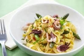 comment cuisiner des encornets frais recette de tagliatelle aux encornets marinés et asperges facile et