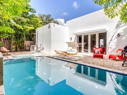 chambre avec bain a remous maison moderne de 6 chambres avec piscine à cascade et bain à remous