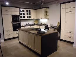kche kochinsel landhaus cremweiße ausstellungsküche im landhausstil mit kochinsel küche