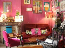 canapé le mans la deuxième salle avec un canapé et à côté des jouets pour