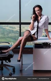 sous les jupes au bureau femme d affaires sur bureau dans les sous vêtements avec des
