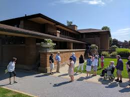 darwin martin house file darwin martin house front entrance with tour group jpg