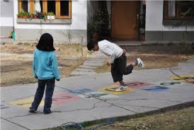 giochi da cortile giochi all aperto i bambini tornano a giocare in giardino