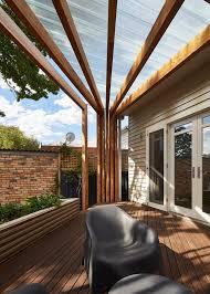 terrasse en bois suspendue pergola terrasse en bois et étagères murales dans une maison rénovée