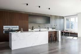béton ciré sur carrelage cuisine carrelage béton ciré grand format et îlot en marbre dans une cuisine