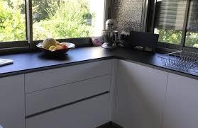 cuisine blanc mat sans poign cuisine sans poignée avec plan de travail noir moderne photo de