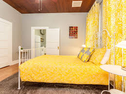 spacious historic hyde park bungalow homeaway hyde park bedroom with queen size bed and large closets