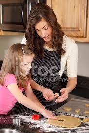 mere et fille cuisine mère et fille de cuisson dans la cuisine photos freeimages com