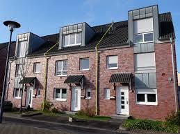 Wie Findet Man Ein Haus Zum Kaufen Schönes Reihenmittelhaus Mit Fünf Zimmern 2 Bädern Keller Garage