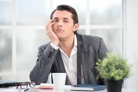 ennui au bureau l homme d affaires s ennuie tout en travaillant dans le bureau
