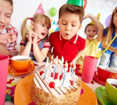 imagenes cumpleaños niños niños soplando las velas en la fiesta de cumpleaños descargar