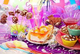 deco de table pour anniversaire décoration colorée de la table de fête d u0027anniversaire avec gâteau