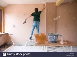 Haus Im Haus Mann Auf Tritthocker Verputzen Wand Im Haus Im Bau Stockfoto Bild