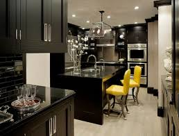 cuisine noir et jaune cuisines cuisine ultra tendance accents chaises jaunes la