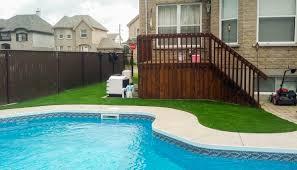 amenagement autour piscine hors sol gazon synthétique pour aménagement paysager paysagement avec ou