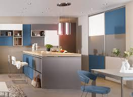 cuisines mobalpa catalogue cuisine moderne îlot central blanc gris et bleue ambiance patchwork