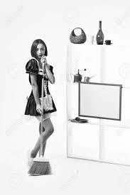 servante de cuisine fille en costume de servante de femme posant avec balai balai