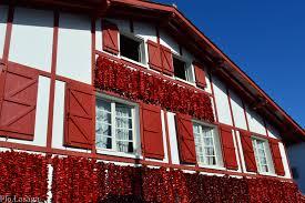 chambre d hote espelette pays basque maison basque avec des piments d espelette pays basque espelette